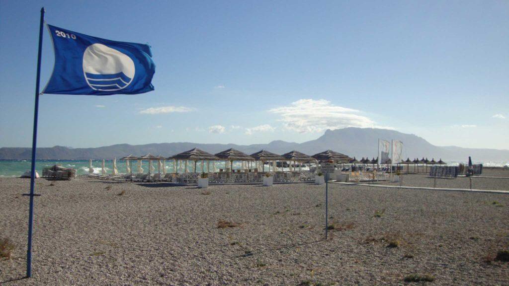 Голубой флаг на ветру