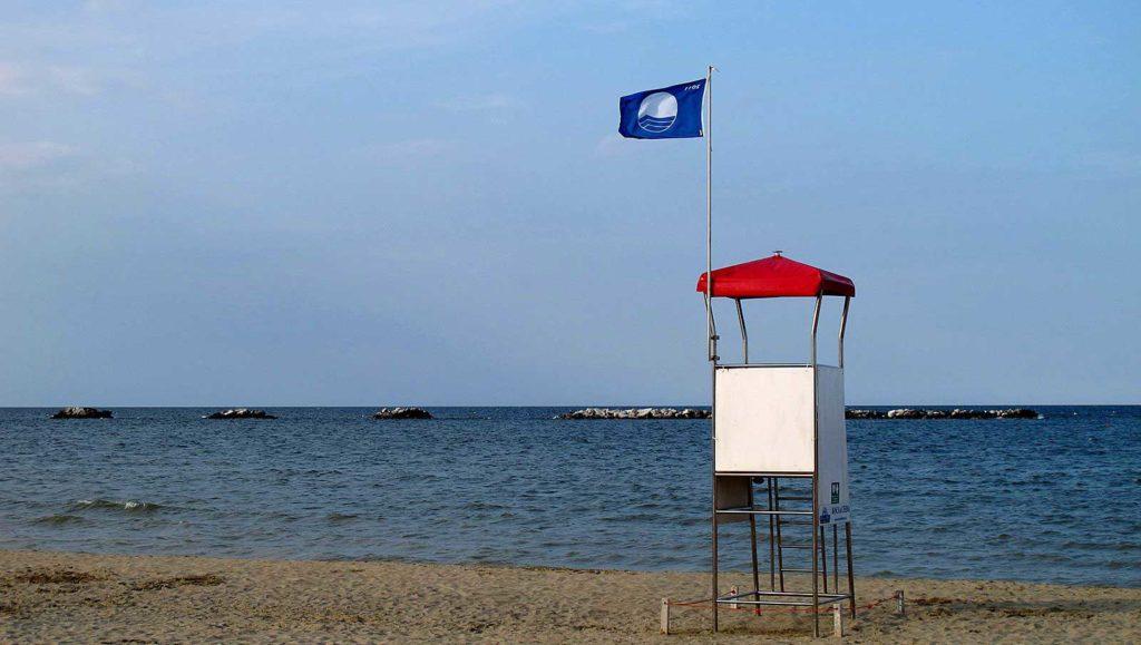 Спасательный пост с голубым флагом