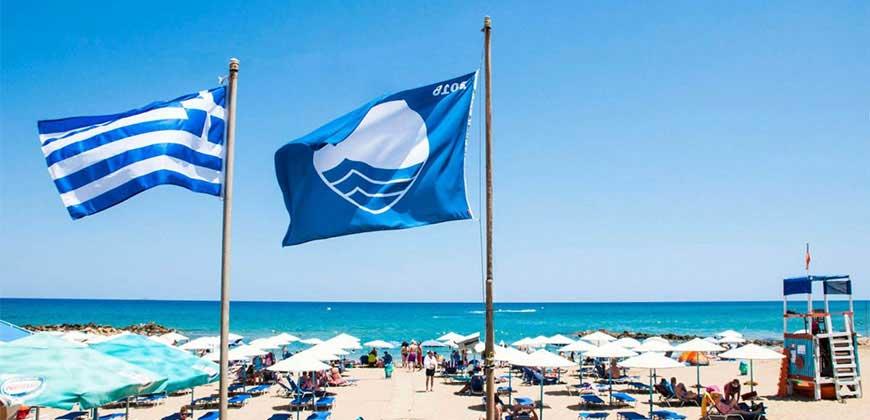 Греческий государственный и Голубой флаг на пляже Фалираки острова Родос