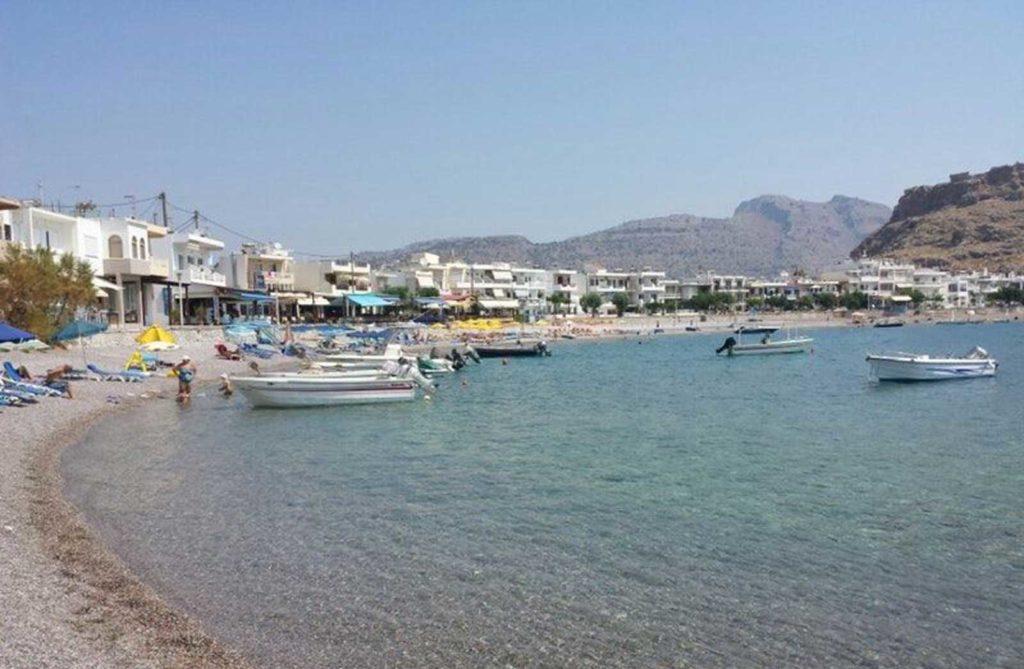 Лодки для купания на глубине на пляже