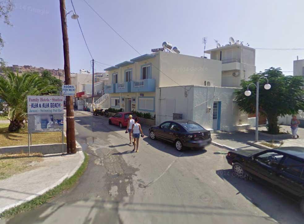 Улица на курорте с машинами взятыми в аренду