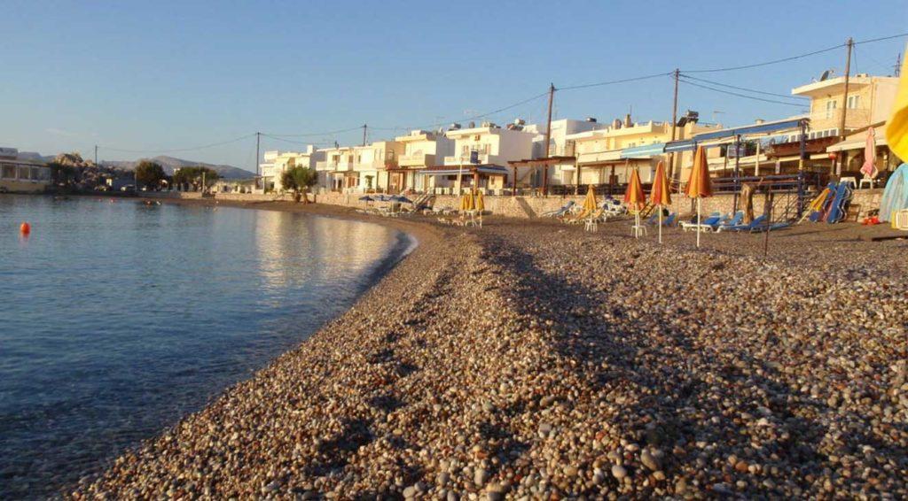 Галечная половина пляжа Хараки
