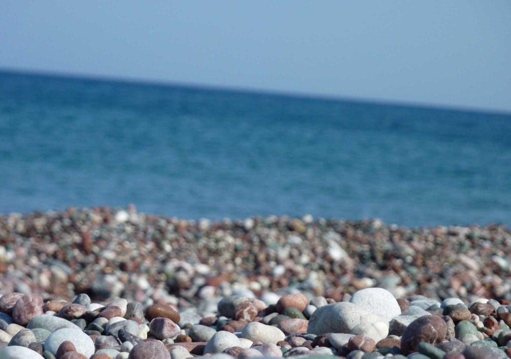 Цветная красивая галька на пляже