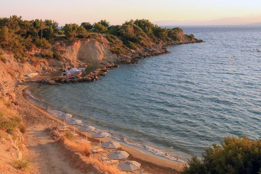 Пляж Кавос недалеко от курорта Пефки на остров Родос