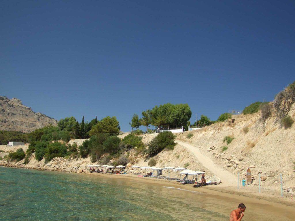 Небольшое количество лежаков на пляже