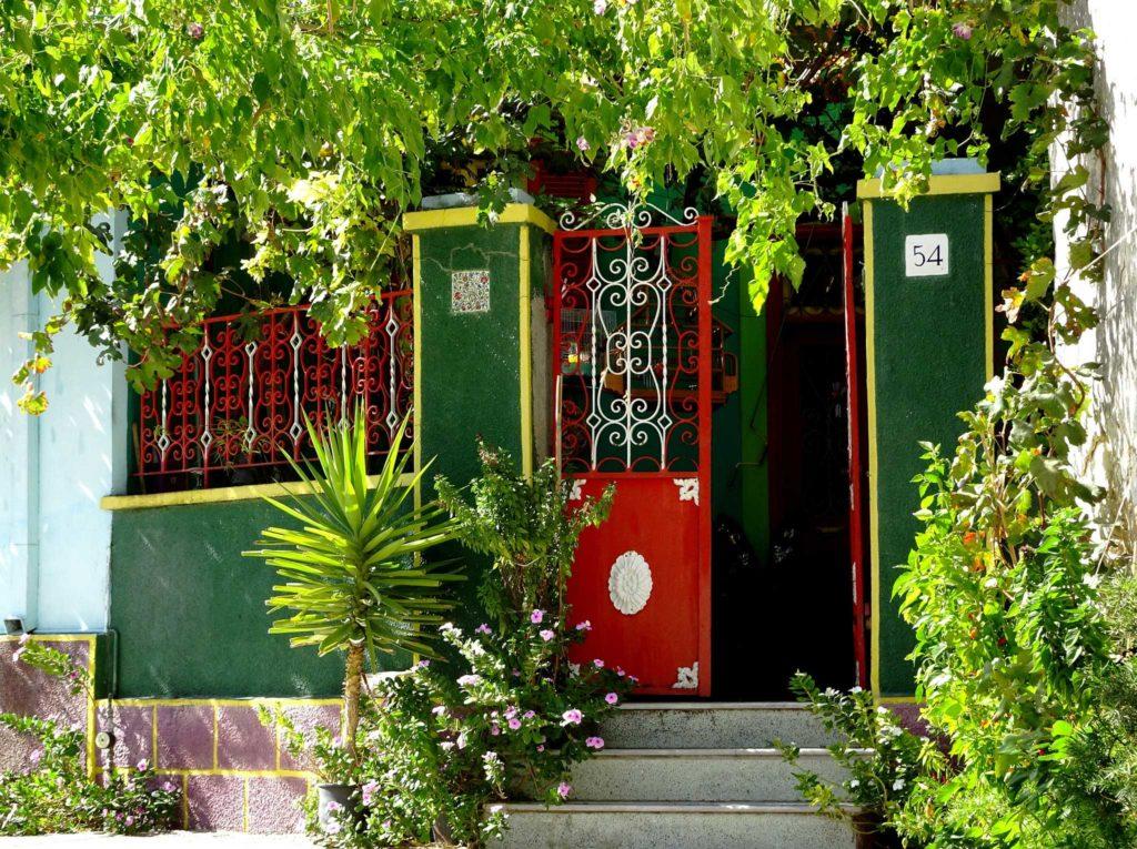 Местные традиционные ворота в дом в деревне Коскину
