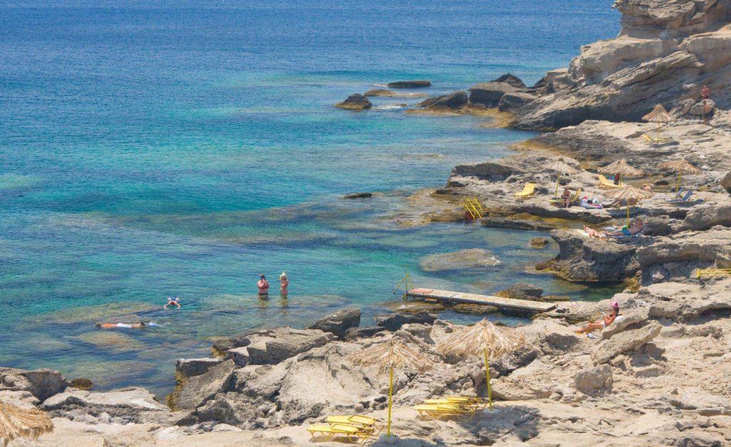 Скальный пляж на курорте Калифея на острове Родос