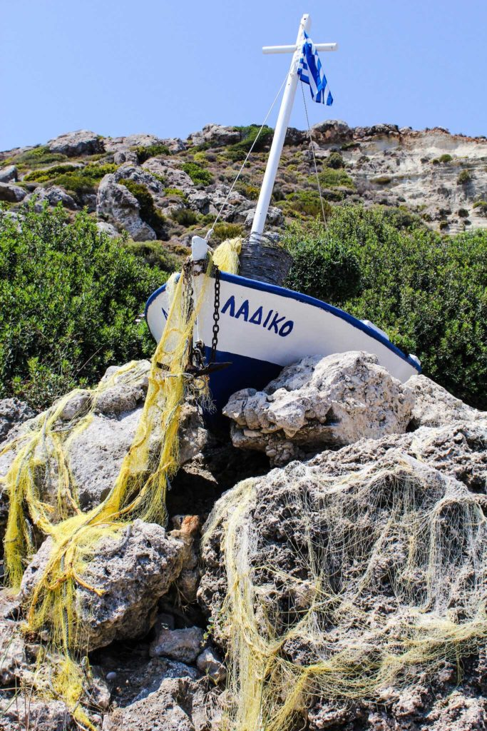 Рыбацкая лодка - украшение пляжа Ладико