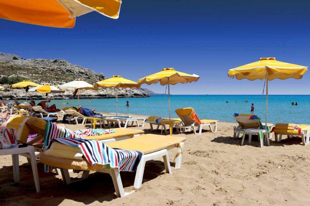 Комфортные лежаки на пляже Линдос