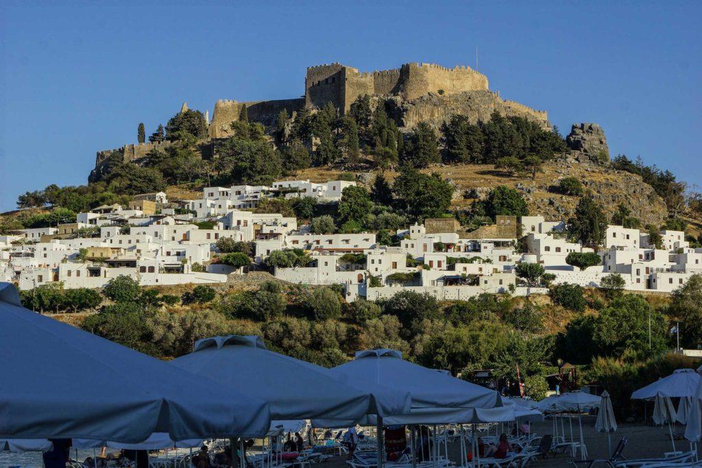Вид на город, крепость и акрополь с пляжа Линдос