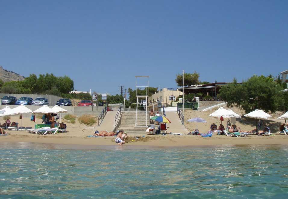 Спуск на пляж центральной улицы курорта