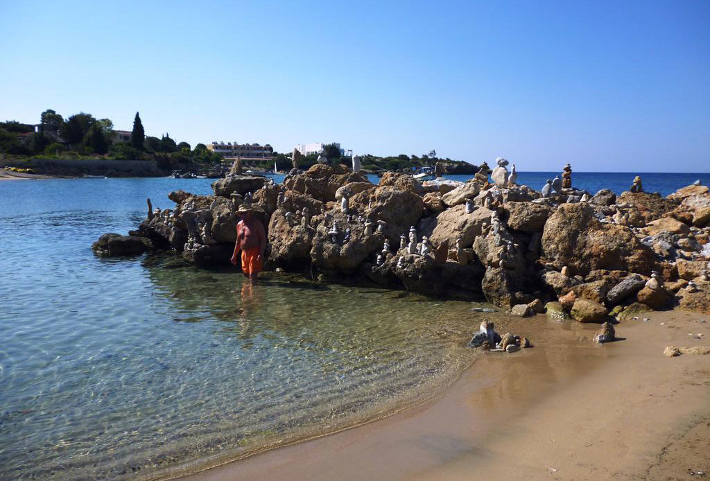 Пирамидки из камней на пляже