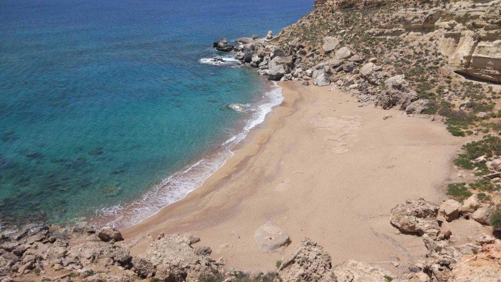 Недоступный с суши дикий пляж Red Sand