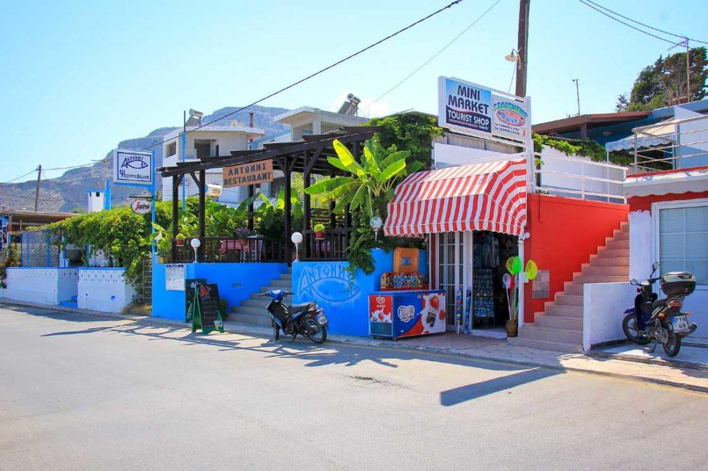 Магазины и таверны на набережной вдоль пляжа