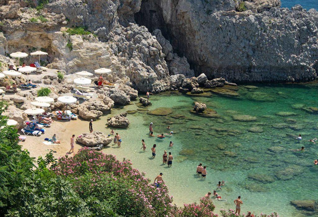 Маленький скалистый пляж в бухте Святого Павла