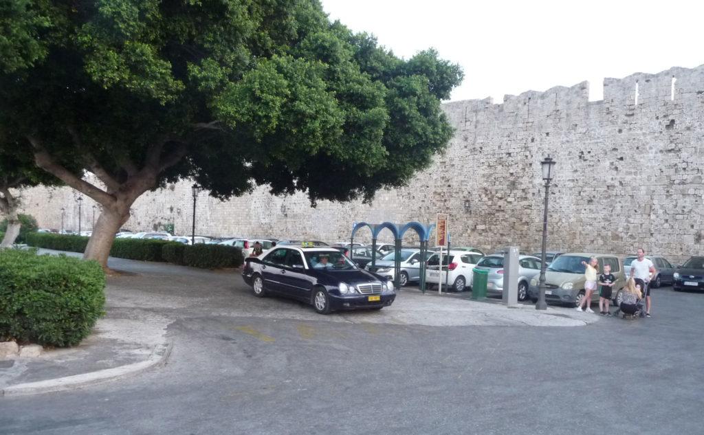 Стоянка такси возле стены Старого города Родос