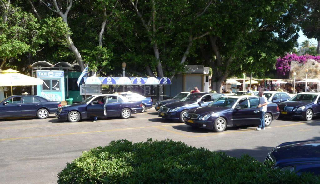Стоянка такси возле Центрального рынка в городе Родос