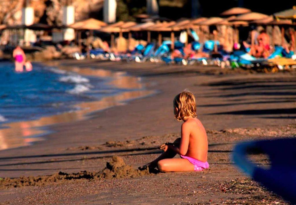 Песчаная половина пляжа Влиха идеальная для отдыха детей