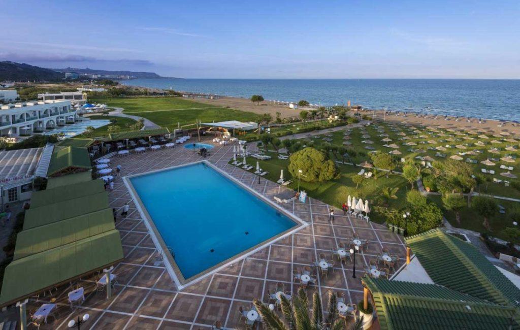 Зеленая поляна с бесплатными лежаками отеля Apollo Beach