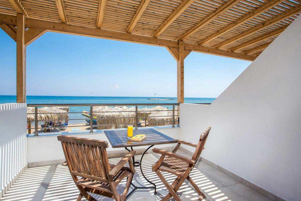 Патио отеля Аквариус выходящее на пляж