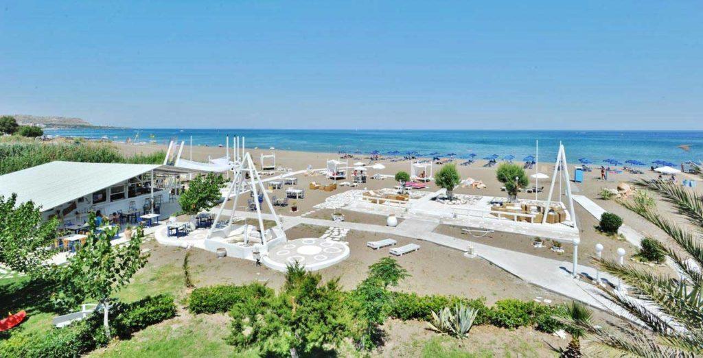 Оригинально оформленная пляжная территория отеля Грегори Пэк