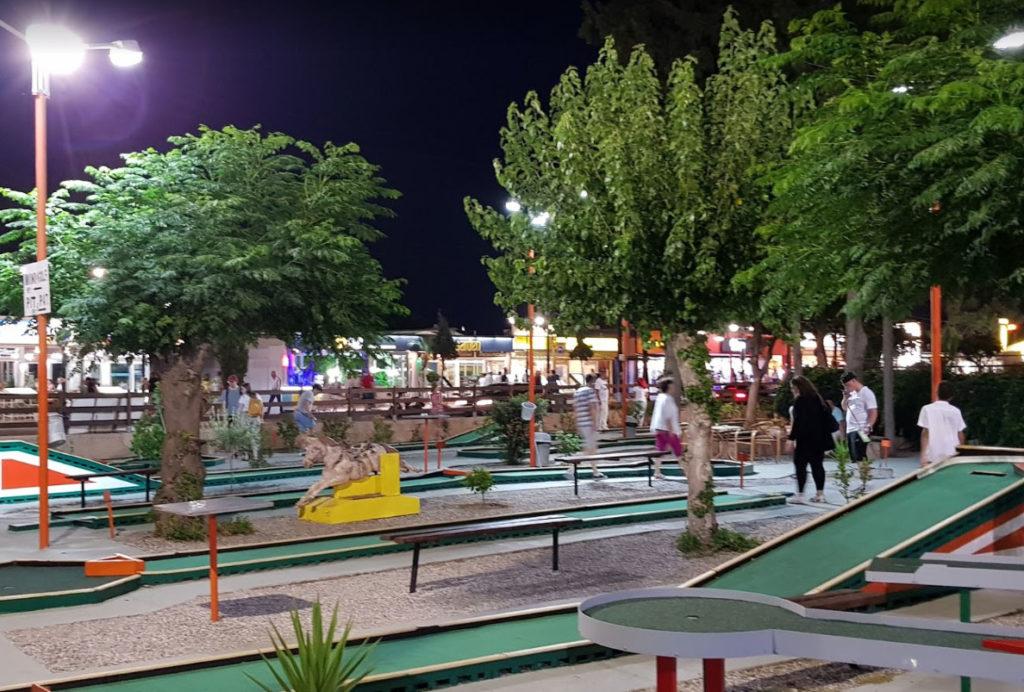 Мини-гольф на центральной улице Фалираки