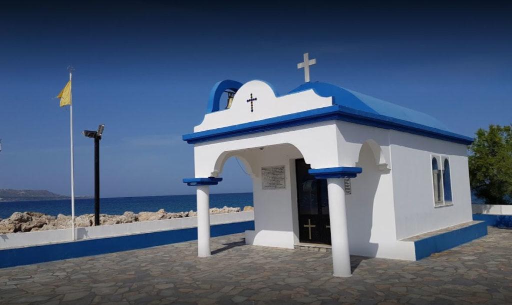 Бело-голубая Церковь Всех Апостолов в гавани Фалираки