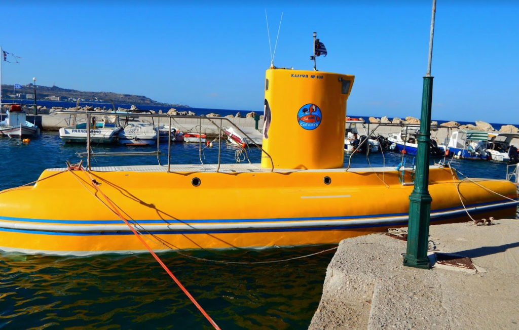 Желтая подводная лодка в гавани Фалираки