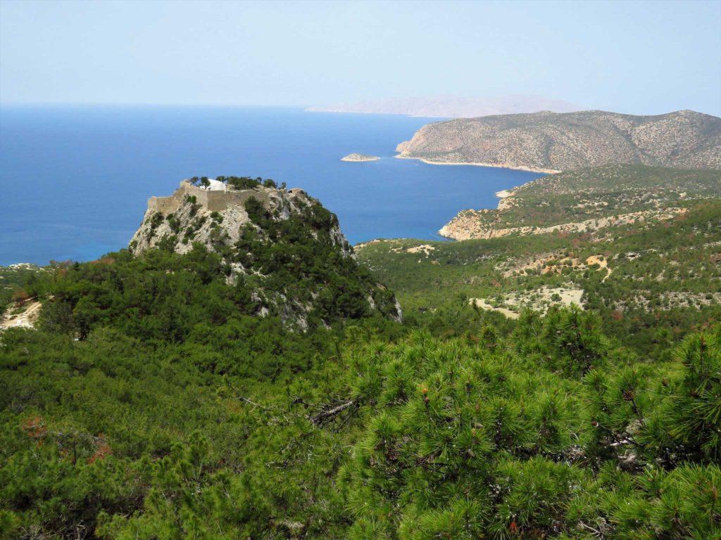 Вид на замок Монолитос со смотровой площадки