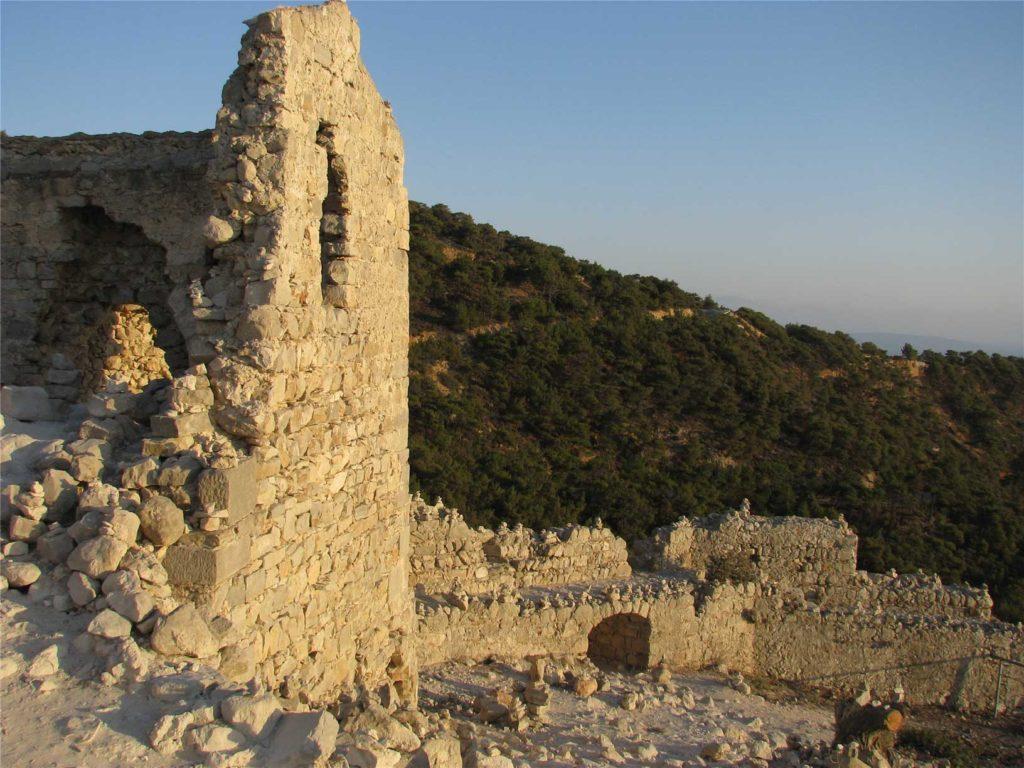 Руины строений внутри замка Монолитос на Родосе