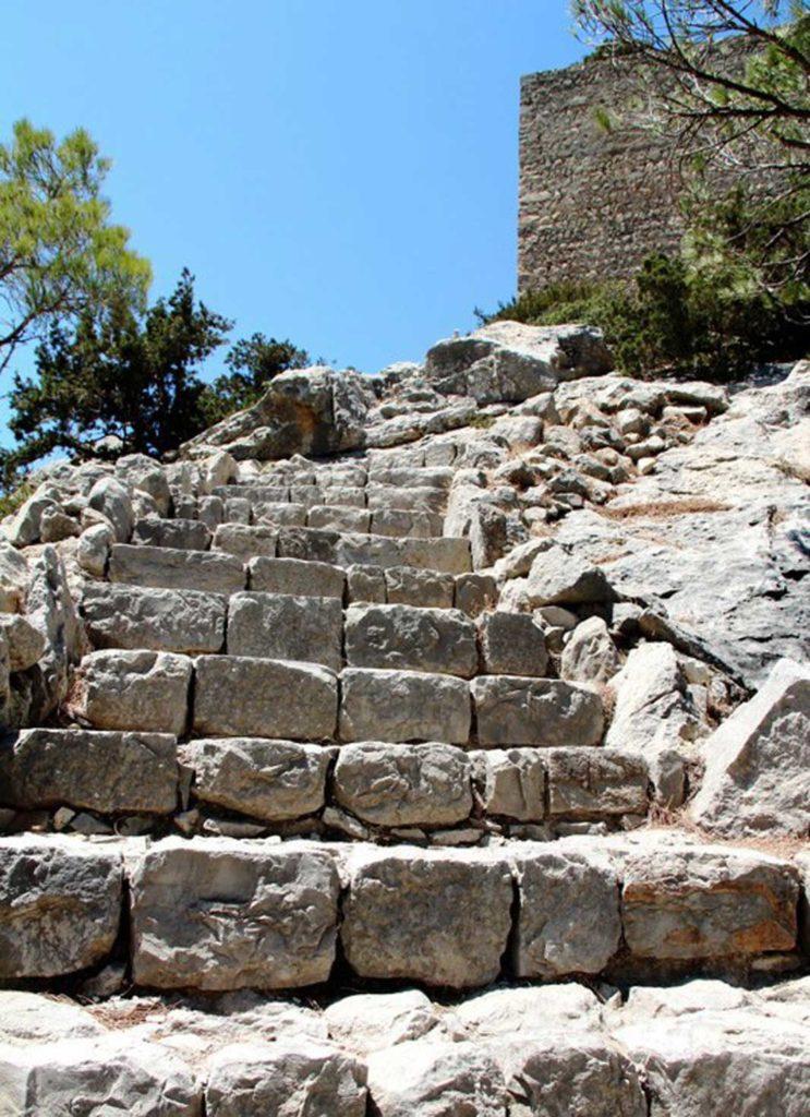 Лестница ведущая в замок Монолитос на острове Родос