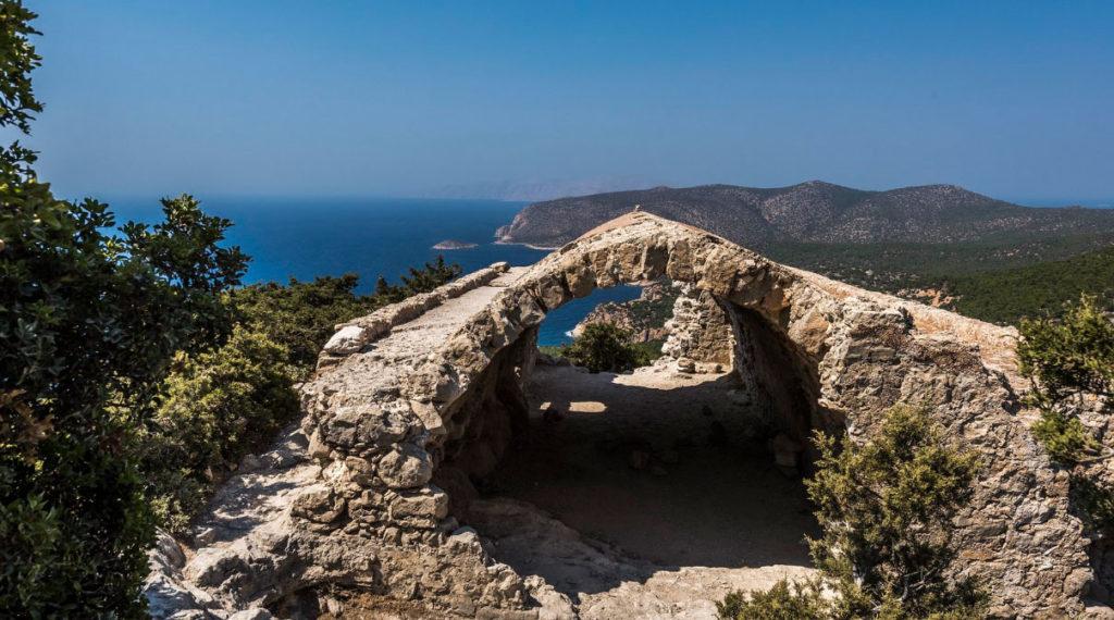 Руины внутри замка Монолитос острова Родос