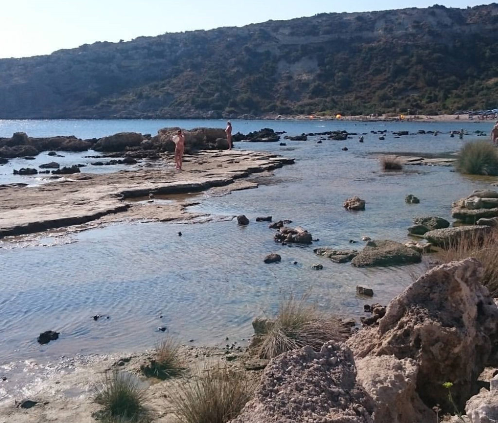 Живописные скальные образования на нудистском пляже