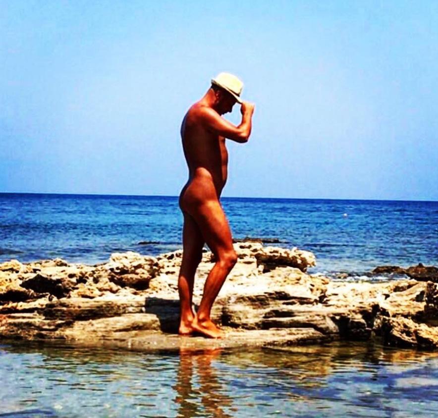 Нудист на пляже Мандомата в Фалираки