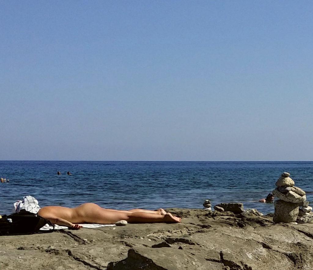 Нудистка на пляже Мандомата в Фалираки