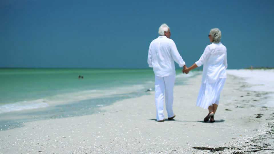 Пожилая пара на отдыхе у моря в бархатный сезон