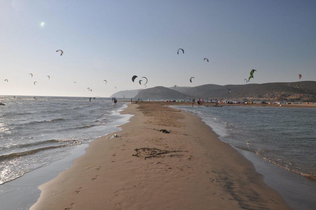 Поцелуй двух морей на пляже Прасониси осенью
